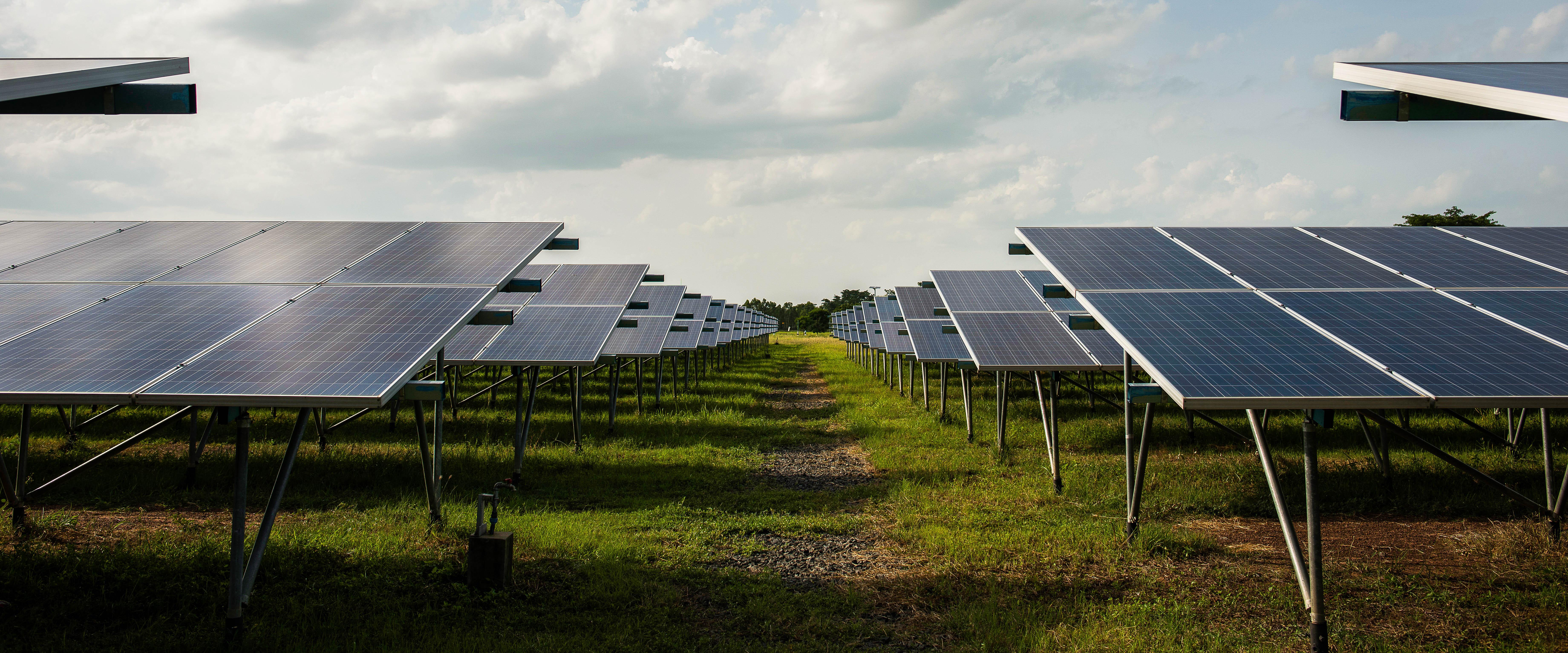 Aos 97 anos, indústria de borracha constrói usina com 2,6 mil placas de energia solar